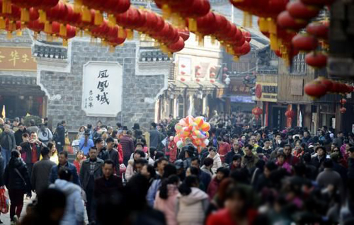 Fenghuang Country Receives 640,000 Visitors During Spring Festival